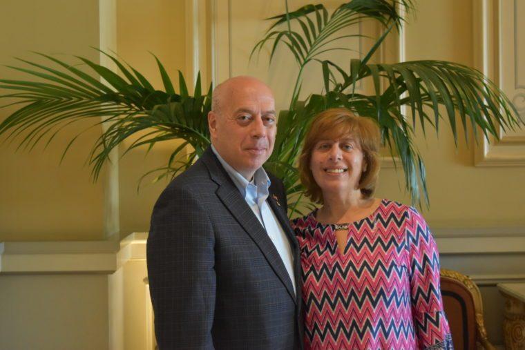Ο ύπατος πρόεδρος της ΑΗΕΡΑ Αντριου Ζαχαριάδης με τη σύζυγό του Αντωνία. (Φωτογραφία Εθνικός Κήρυξ)