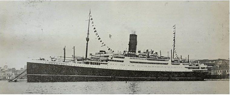 To υπερωκεάνειο «Νέα Ελλάς» στο λιμάνι του Πειραιά, έφερνε τους ξενιτεμένους στην Ελλάδα.