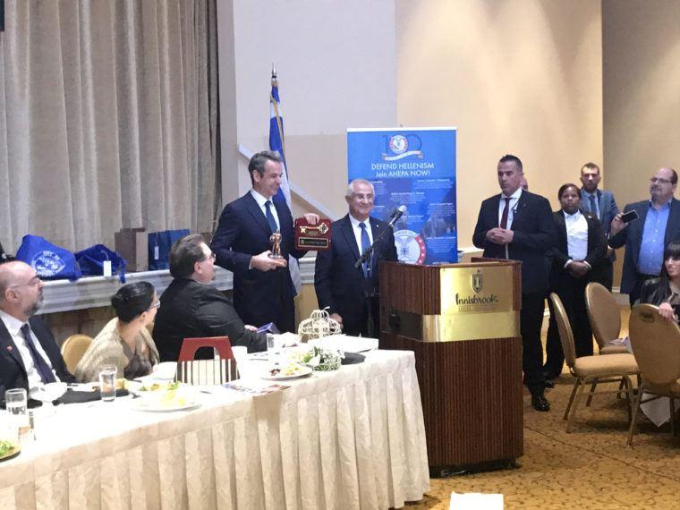 Ο πρωθυπουργός, Κυριάκος Μητσοτάκης παραλαμβάνει το αναμνηστικό δώρο από τον Δήμαρχο του Τάρπον Σπρινγκς, Κρις Αλαχούζος. (Φωτογραφία: Ε.Κ./Χ. Αθανασάτος)
